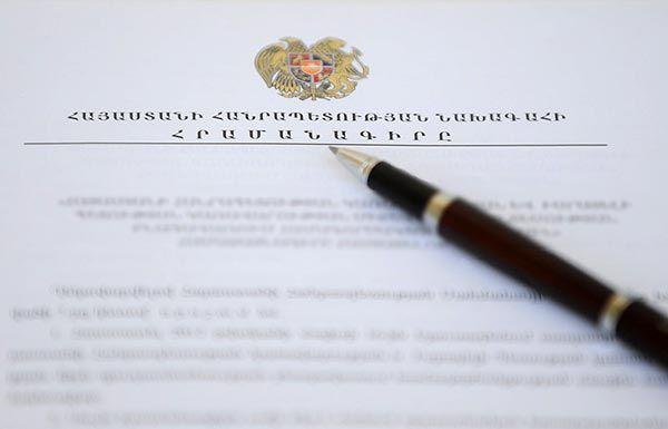 Sarkisian ha establecido un comité especial para elaborar enmiendas constitucionales. Algunos de sus aliados dicen que estas modificaciones es para que pueda volver a presentarse a las elecciones después de su segundo mandato que termina en 2018.
