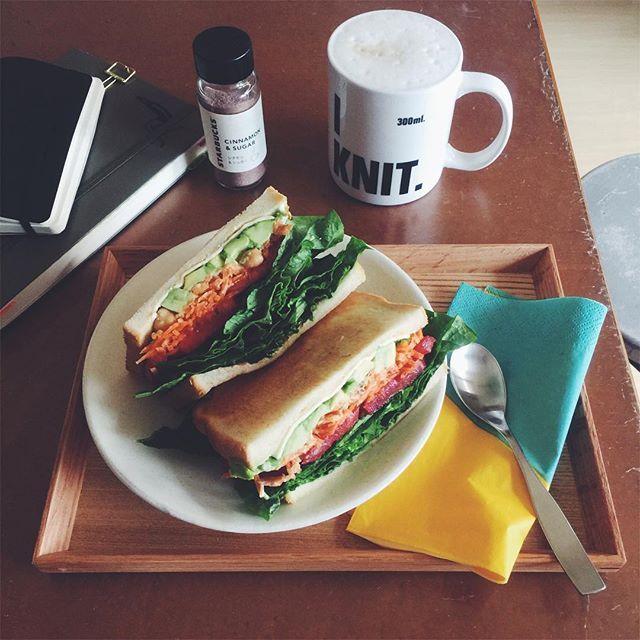 naho51ほろさんが、おいしそうなサンドイッチを食べていたので…クラッカーとチーズにしようかと思っていたお昼が豪華になりましたw  #ついでに夕飯の仕込みもできた  アボカド、トマト、親戚の畑のレタス(←お彼岸でぼた餅配った時に頂いた)、ニンジンとひよこ豆のサラダ、スライスチーズ、マヨ、マスタード。  うましーーーーーーーーーーー!!! #うちカフェノート部 #MUJI #無印良品 #ロイヒトトゥルム #モレスキン #leuchtturm1917 #moleskine #lunch #miknits #mug #flyingtiger #papernapkin #フライングタイガー #紙ナプキン #サンドイッチ #sandwich #healthyfood #うまし #スターバックス #starbucks #サンドイッチ友の会2017/03/26 14:49:58