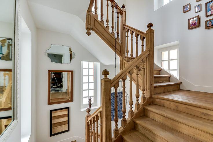 Boiserie et escalier en bois massif ajoutant un côté accueillant et stylé de l'hôtel particulier