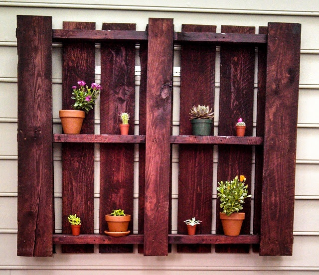 Outdoor Pallet Shelf - Easy DIY project to spiff up your porch or backyard!
