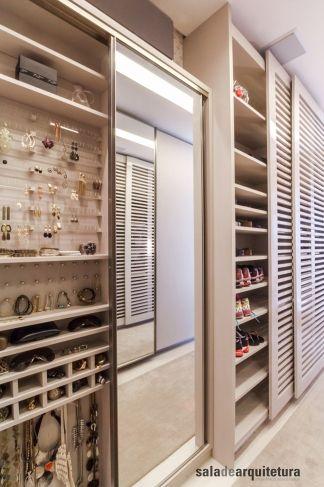 Armário de acessórios e sapateira. É possível fazer esse tipo de armário com apenas 15cm de profundidade... otimiza qualquer canto que esteja sobrando no closet! #acessorios #sapatos #bijuteria #portajoias #interiores #marcenaria