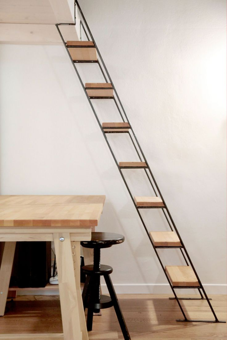 Idee piccola scala salva spazio con la struttura in metallo ed i gradini in legno