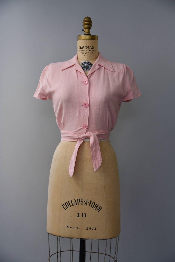 Een mooie kleine vijftiger bleek roze linnen hemd met drie knoppen aan de voorkant, scherpe afslaan kraag, mouwen korte GLB, plooien bij de schouders voor een op maat gemaakte passen en korte taille band te voltooien. Bekleed. Zo lekker!  voorwaarde: over het algemeen uitstekend, een paar kleine beetje gebreken. een kleine lichtjes grotere-dan pinhole grootte gat aan de achterkant van de blouse en sommige zwakke slijtage aan de achterste rand van de kraag. geen van beiden kan overleggen…