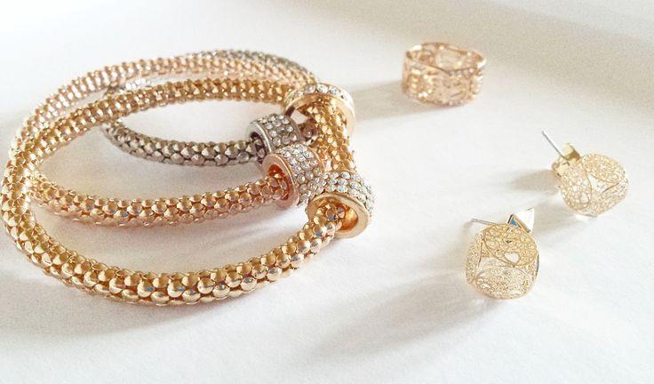 Złote dodatki na jesień bransoletka, kolczyki i pierścionek.