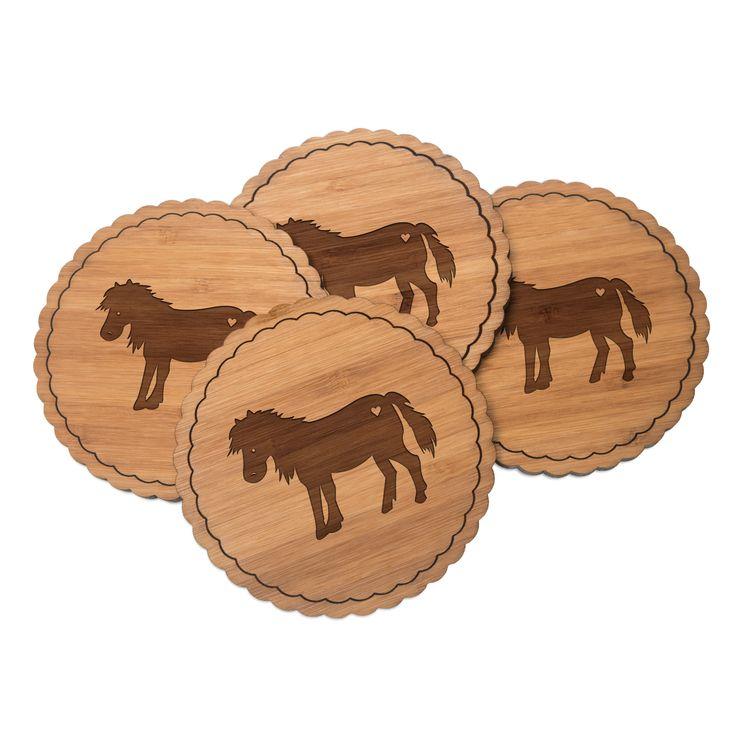 4er Set Untersetzer Rundwelle Pony aus Bambus  Natur - Das Original von Mr. & Mrs. Panda.  Diese runden Untersetzer als 4er Set mit einer wunderschönen Wellenform sind ein besonderes Highlight auf jedem Esstisch. Jeder Gläser Untersetzer wurde mit viel Liebe handgefertigt und alle unsere Motive sind mit besonders viel Hingabe von unserer Designerin gestaltet worden. Im Set sind jeweils 4 Untersetzer enthalten.    Über unser Motiv Pony  123 Sommer. Blumenwiesen. Frühlingsduft. Aus dem Wald an…
