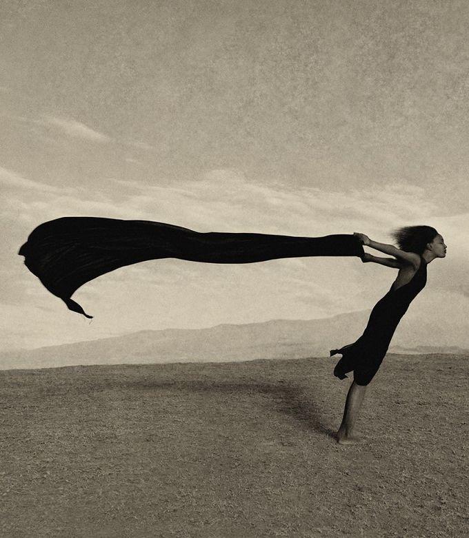 El fotógrafo Aernout Overbeeke nació en 1951 en los Países Bajos. Aprendió él mismo Historia del Arte en el Rijksmuseum y en el Museo Stedelijk de Amsterdam. El ser expulsado de la escuela secundaria le hizo centrarse en la fotografía comercial.  Comenzó su carrera en 1971 como fotógrafo de moda y continuó como fotógrafo comercial en 1981. Sus primeras grandes campañas las realizó en 1983. En dos años, era conocido por clientes, empresas y organismos de todo el mundo.