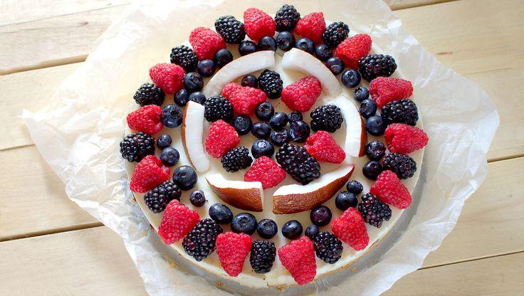 Frutti di bosco e cocco per una cheesecake freschissima e ricca di frutta ideale per il periodo estivo e perfetta per ogni mese dell'anno. La cheesecake inoltre è facilissima da preparare basta amalgamare pochi ingredienti ed in poco tempo avrete un dolce squisito da portare in tavola.