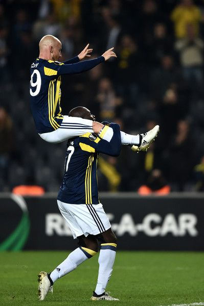 Fenerbahce's Slovakian midfielder Miroslav Stoch (L) celebrates after scoring a goal during the UEFA Europa League Group A football match between Fenerbahce SK and FC Zorya Luhansk at the Fenerbahce Ulker stadium, on November 24, 2016, in Istanbul. / AFP / OZAN KOSE