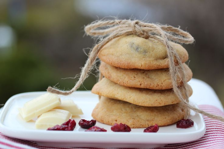 Hummingbirds cookies with cranberries and white chocolate