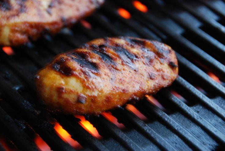 Grillet kyllingebryst er nem mad, og her får du en opskrift med hjemmelavet marinade med paprika og karrypasta. Kyllingebryst skal grilles i 10 minutter.