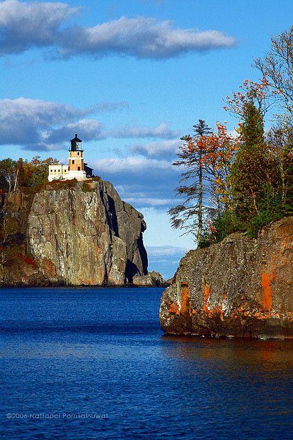 Faro de Roca de Hendidura, en el Lago Superior, Minnesota. El área tiene el paisaje espectacular