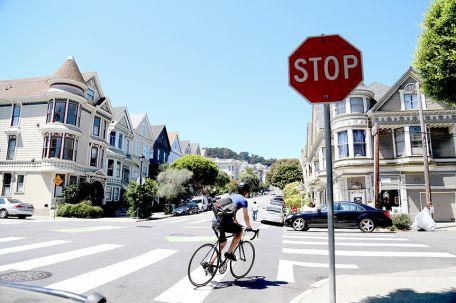 Ciclistas se pueden pasar el alto