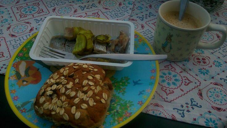 Meuslibroodje, haring en kopje koffie. Vreemde combie maar t was toch lekker