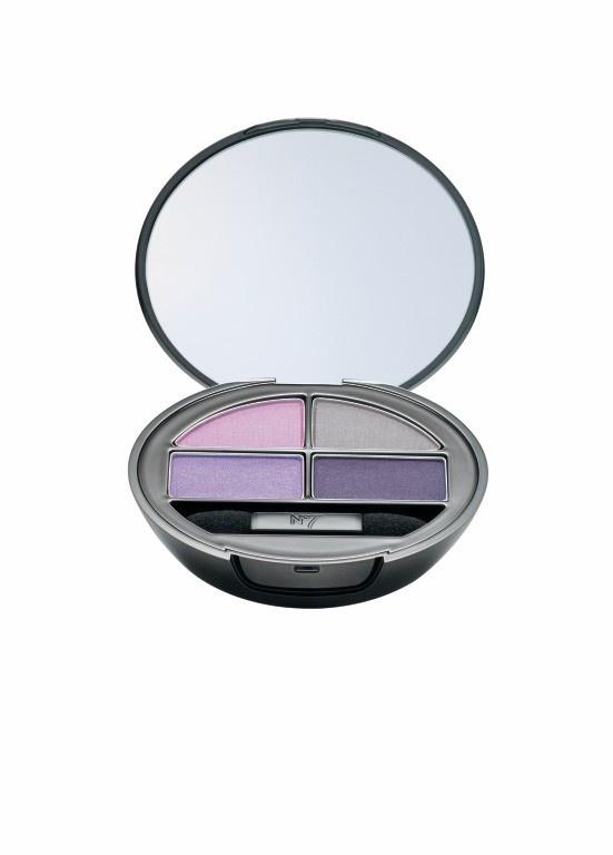 No7 R Stay Perfect Oogschaduw €11,95 Nieuw in de No7 Collectie zijn de Eye Shadow Quads, verkrijgbaar in vier verschillende kleurcombinaties. Met een klein spiegeltje in de deksel is het ideaal om onderweg je make-up bij te werken. www.bootswebshop.nl