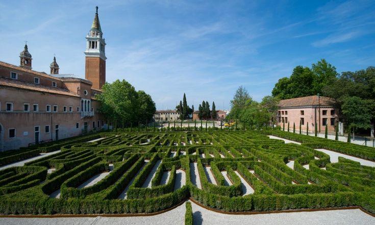 Borges è il protagonista del labirinto situato nell'Isola di San Giorgio a Venezia, realizzato, come raccontato dal sito Panorama.it, dalla Fondazione Giorgio Cini in onore dello scrittore argentino per celebrare i 25 anni dalla scomparsa
