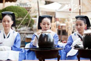 """อึย-นยอ (의녀) หรือ แพทย์หญิง ในสมัยราชวงศ์โชซอนสตรีที่มีความเชี่ยวชาญในการรักษา สามารถเข้ามาเป็นแพทย์ โดยจะทำงานร่วมกับแพทย์หลวงจากสำนักหมอหลวง """"แนอีวอน (내의원)"""""""