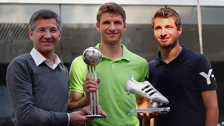Thomas with his older brother Simon and Adidas manager Herbert Hainer receiving the Silver Boot after the World Cup 2014