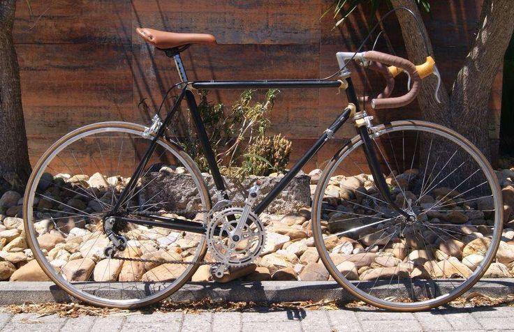 145 €: Fantástica bicicleta de Estrada Retro/Vintage  esta lindíssima bicicleta de estrada, estilo retro/vintage, encontra-se em excelente estado e perfeitamente funcional. Para além do bonito quadro de u...