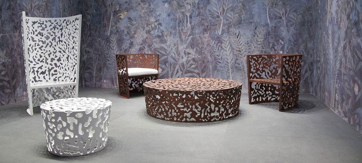 La collection Camouflage est composée d'un fauteuil haut et d'un bas et de deux tables basses pour l'extérieur. Les tables bassesCamouflage sont réalisées en aluminium perforé au laser. Camouflage est disponible en blanc ou en finition rouille.