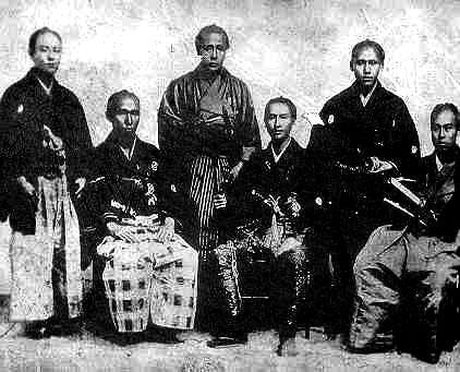 此の写真は、咸臨丸の乗組員数名であります。右から福沢諭吉、岡田井蔵、肥田浜五郎、小永井五八郎、浜口興右衛門、根津欽次郎 。