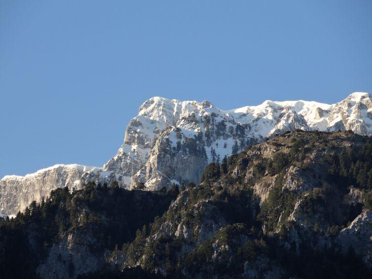 Σας στέλνουμε την καλημέρα μας από την Κόνιτσα και το ξενοδοχείο Ροδοβόλι. Στην φωτογραφία η χιονισμένη βουνοκορφή του όρους Τύμφη που μόλις πριν από λίγο άρχισε να την φωτίζει ο ήλιος.