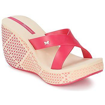 El indispensable de la temporada es la sandalia imaginada por Ipanema con un color beige 100% actual. Su plantilla en sintético es perfecta para tus pies. Un modelo ideal para ir por la vida cómodamente.  #zuecos #sandalias #chanclas #moda #mujer #zapatosmujer  #spartoo  http://www.spartoo.es/Ipanema-LIPSTICK-STRAPS-x804572.php