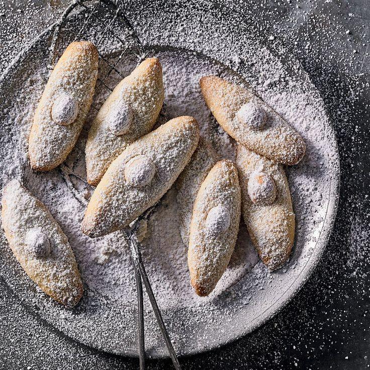 """Macadamia-Stangen - """"Tonkabohnen sind die heimlichen Stars dieser Weihnachtsplätzchen: Sie bringen Noten von Vanille, Marzipan und Karamell ein. Macadamianüsse krönen die Kekse dann."""""""