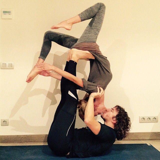 Diversión después de una práctica de #Ashtanga en pareja  #acroyoga #jugar #beso Having fun with #yoga #kiss