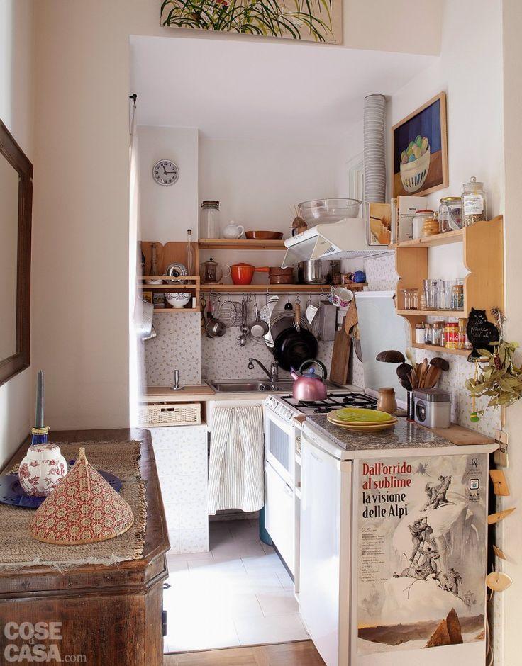 Di fianco alla porta d'ingresso l'angolo cottura occupa uno spazio aperto sul resto dell'ambiente e tuttavia appartato e illuminato da una finestra. #casa #cosedicasa #arredamento #arredamentocasa #design #cucina #kitchen #home #house #candy #whirlpool