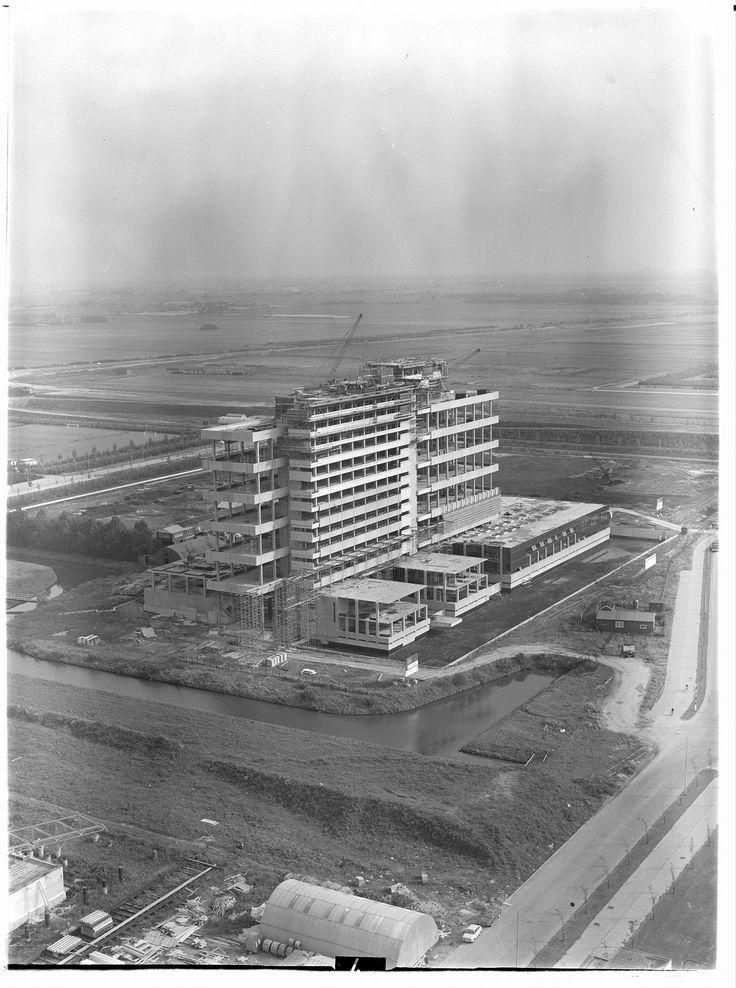 TU Delft gebouw Bouwkunde Broek & Bakema, Berlageweg 1   Building the building ! Unique picture I gues