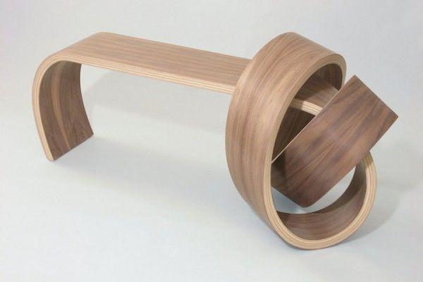 Il y a quelque temps de ça, nous vous avions déjà présenté le magnifique travail du designer Kino Guerin.  Cet artisan du bois, qui connaît parfaitement toutes les essences, est capable de transformer une seule et même pièce de bois en une sculpture aux courbes parfaites grâce à sa technique unique et à l'utilisation d'une presse sous vide.