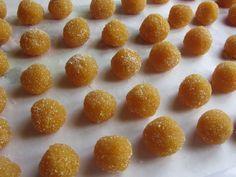 Un modo molto particolare ed interessante per usare le scorze di arance (ovviamente naturali) trasformandole in squisiti dolcetti al sapore di arancia candita.