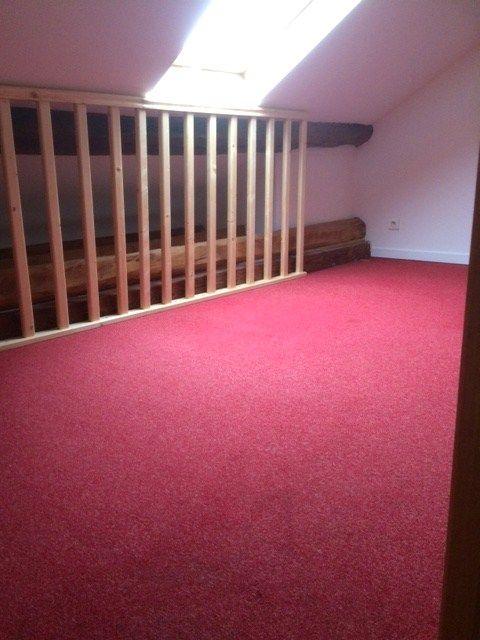 3ème étage : mezzanine ouverte avec moquette rouge // TEXAS Bâtiment - texasbatiment@orange.fr - Tél 0622751527-0141810290