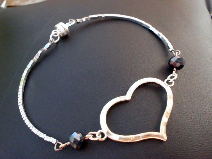 Bracelet Coeur argenté et perles facettes noires reflets argentés, semi rigide : Bracelet par ma-petite-boutik