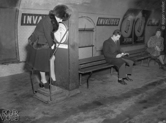 Balance dans le métro. Paris, janvier 1947.