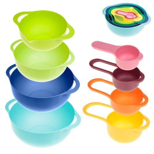 Οκτώ μπωλ σε διαφορετικά χρώματα και διαστάσεις, απαραίτητα για την μαγειρική, αλλά και την ζαχαροπλαστική στο σπίτι. Αποθηκεύονται εύκολα χωρίς να πιάνουν χώρο.
