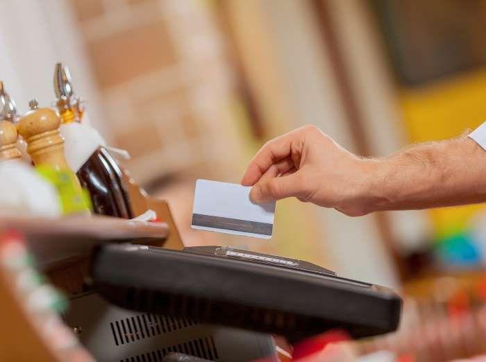 Dans un bar, on laisse de 1 à 2 $ par consommation. - Fournis par les Éditions Protégez-Vous