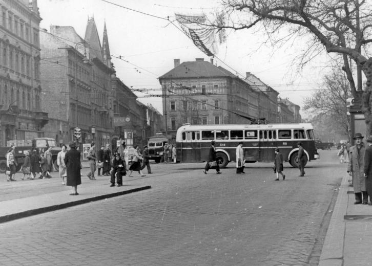 József k.r.t. Baross u kereszteződés  (balra a belváros, jobbra a 8. kerületi rész) itt jár a 9-es busz