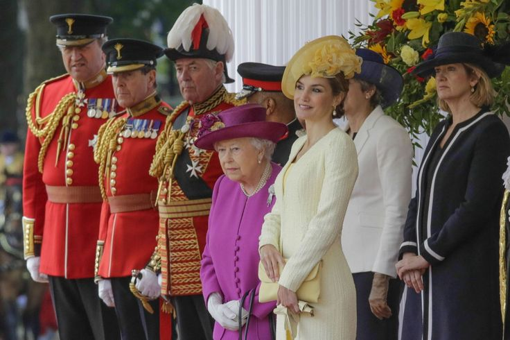 Los Reyes han sido recibidos este martes por los duques de Cornualles, donde se ha vivido un curioso momento a causa de la pamela de Camilla. Repasamos ésta y otras imágenes del día.