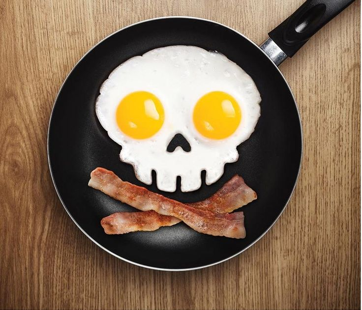 Make eating eggs even more fun for the kids with this awesome skull frame.   All you need to do is place the mold into the frying pan, crack two eggs into the rings and soon a very cool skull character will be joining you for breakfast.