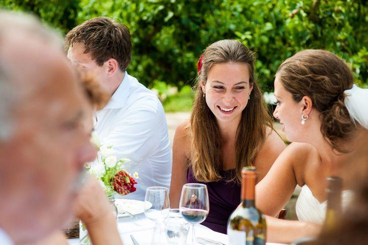 Buiten eten op je bruiloft in een boomgaard bij landgoed de olmenhorst