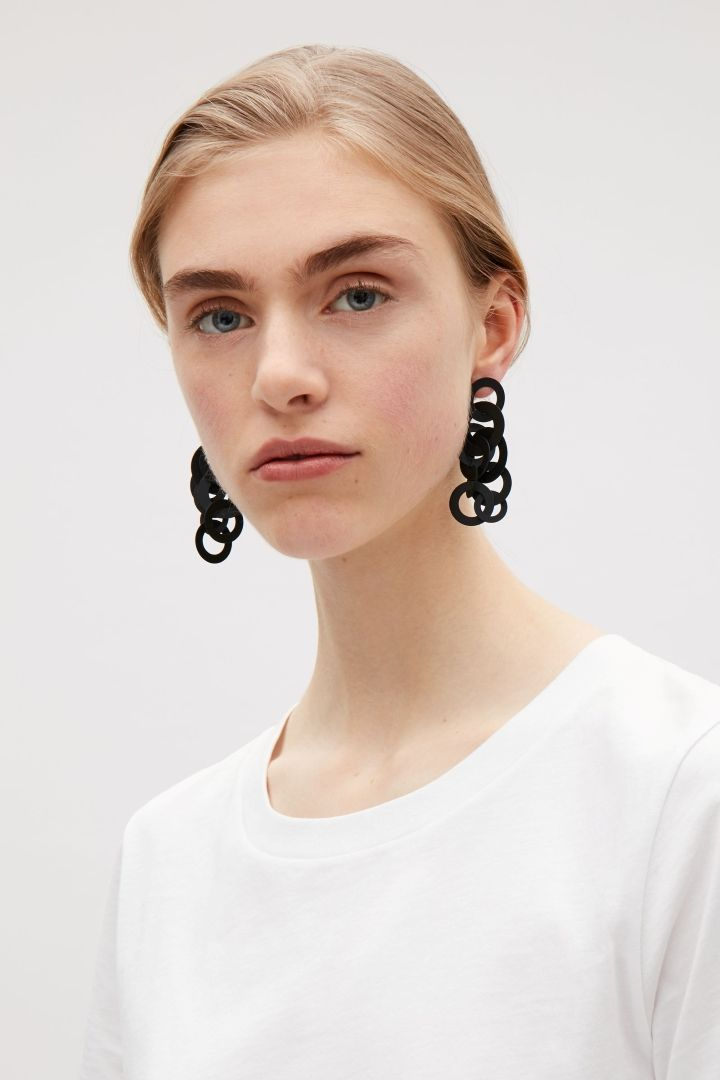 Stil in Nürnberg | Identity Styling | Earrings with interlocking rings - Black - Jewellery - COS CZ