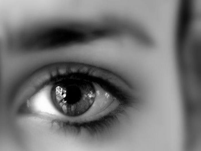 A l'ère de l'informatique et du travail sur écran, de plus en plus de personnes sont concernées par la fatigue oculaire. Or, certaines disciplines ancestrales comme le yoga ou le qi gong proposent de prévenir et de rééduquer les troubles de la vision au moyen de mouvements et de massages des yeux. Nous vous proposons de découvrir quelques exercices de yoga des yeux. par Audrey