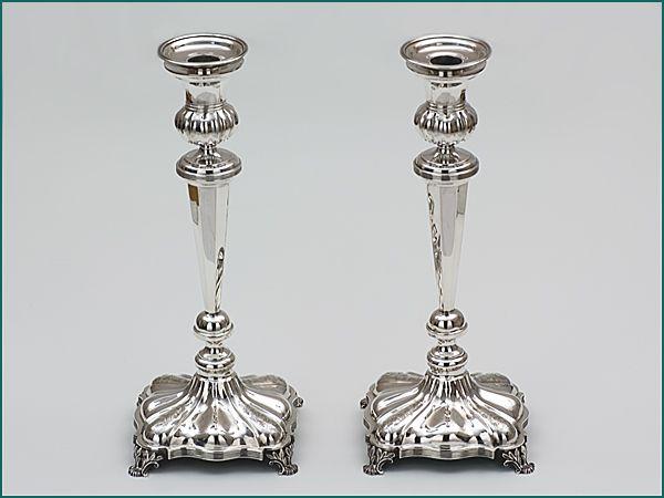 Een stel zilveren kandelaars uit 1846 Brevordia Antiek