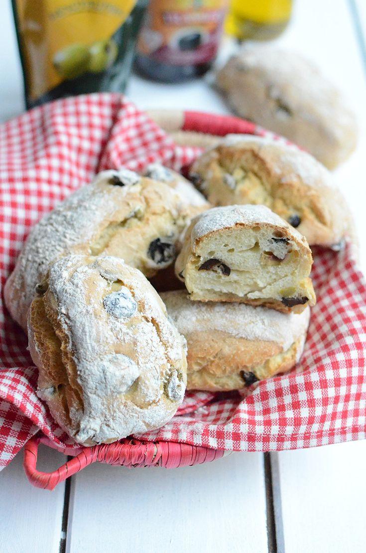 Des petits #pains malins à réaliser chez soi en 15 minutes !   Des petits pains aux #olives parfumés à l' #huile d' #olive pour accompagner vos #plats ou vos #fromages en un temps record et sans pétrissage ? Oui c'est possible.  Voici une recette