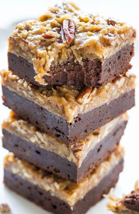 Qu'y a-t-il de meilleur qu'un brownie ? Un brownie recouvert de caramel, de noix de pécan, et de noix de coco râpée, pardi !Découvrir     la recette...