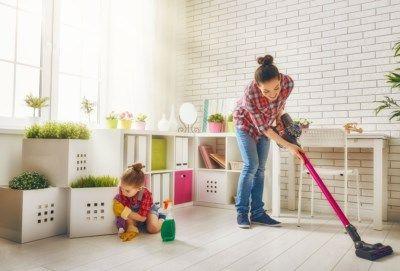 Schoonmaken hoeft geen uren tijd te kosten. Door een aantal zaken heel regelmatig te doen, houd je het huis proper en kost de wekelijkse schoonmaak je mind...