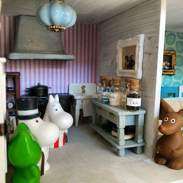 「パパ、スパイスラックが必要ねえ」 「どこに置くんだい?」 「それはパパにお任せしますわ」 本当にどこ置くんだろ #ムーミン #ムーミンハウス #ドールハウス #ミニチュア #moomin #moominmug #muumipeikko #moominhous #miniature #セリア