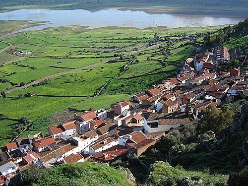 Vistas sobre el pueblo de capilla y las colas del pantano de La Serena correspondientes al Río Guadalmez.