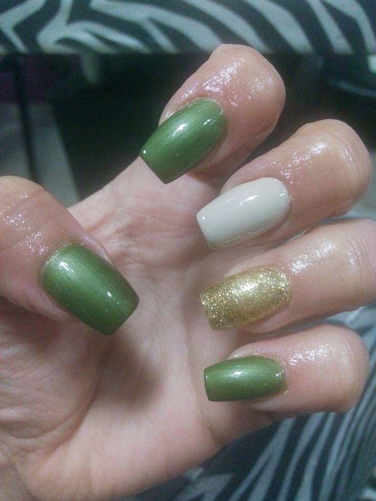 Uñas color verde, beige y dorado